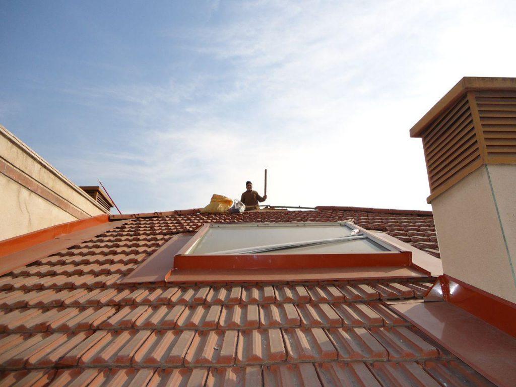 پنجره روی سقف شیروانی